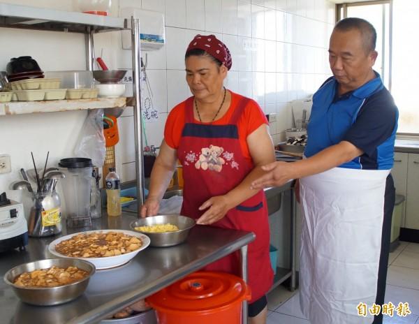 陳玉鳳(左)、孫德通(右)透過銀髮族資源中心,再度發揮專長。(記者洪臣宏攝)