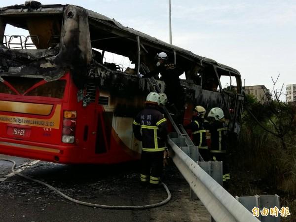 今天下午發生遊覽車撞國道火車燒事件,造成車上共26人不幸喪生。(記者鄭淑婷攝)