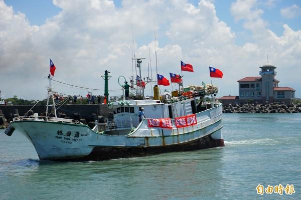漁船掛滿國旗出海。(記者陳彥廷攝)