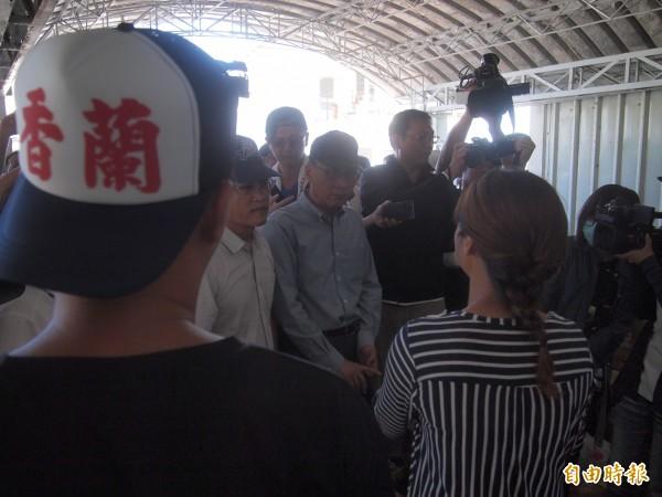 尼伯特颱風重創香蘭村,災民央求行政院長林全伸援協助復建。(記者陳賢義攝)
