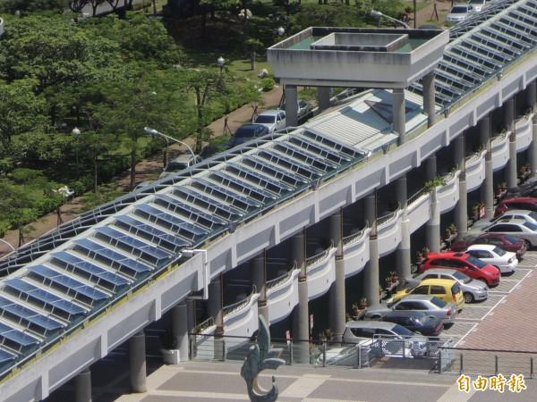 南市永華市政中心是6都市政大樓唯一有「種電」屋頂。(記者洪瑞琴攝)