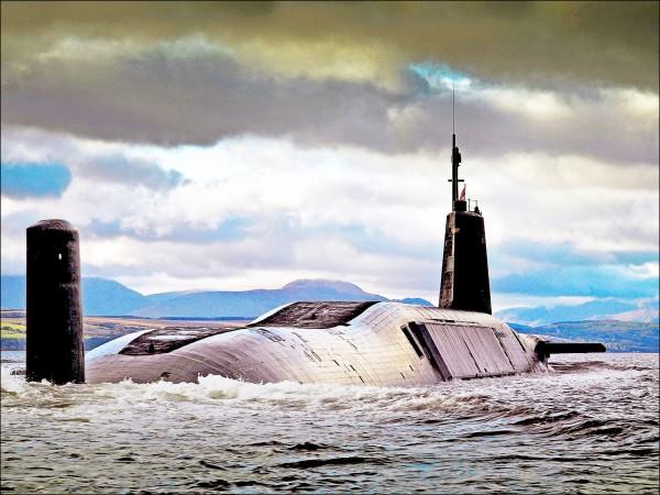 配備三叉戟飛彈核潛艦部隊是英國唯一的核武打擊平台,由四艘潛艦組成,圖為其中「復仇號(HMS Vengeance)」潛艦二○○七年九月七日返回蘇格蘭克萊德基地檔案照。(歐新社)