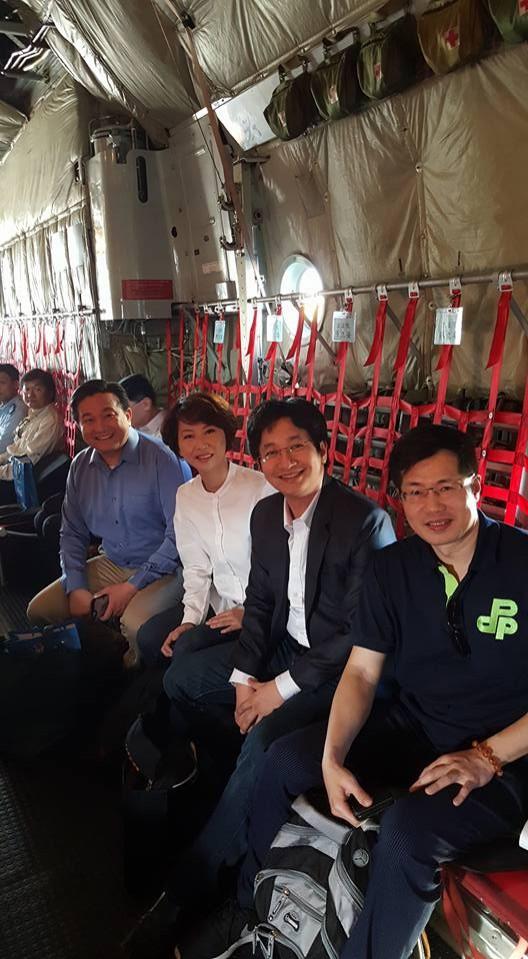民進黨立委蔡適應(右二)今早在臉書貼出照片,是他與同黨3名立委登機準備前往太平島的登機照。(圖截自蔡適應臉書)