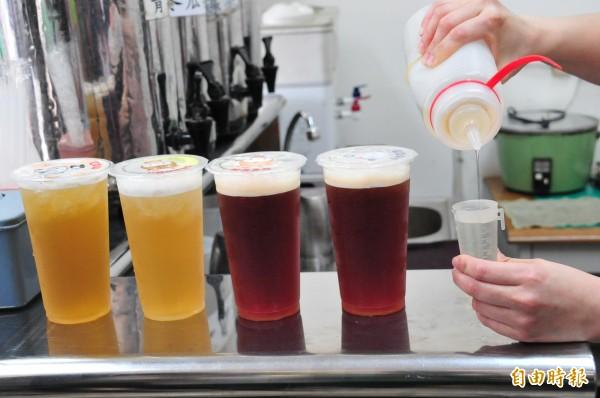 有業者稱中客減少飲料業績掉2成,網友計算完後直呼業者太誇大。(資料照,李忠憲攝)