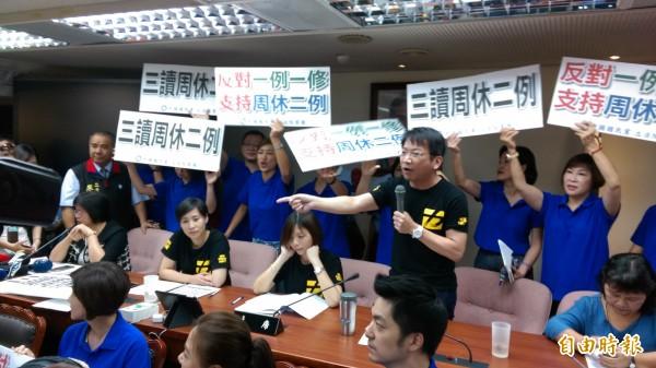 徐永明(中)一一指著國民黨立委的臉大罵「黨產寄生蟲!」(記者陳鈺馥攝)