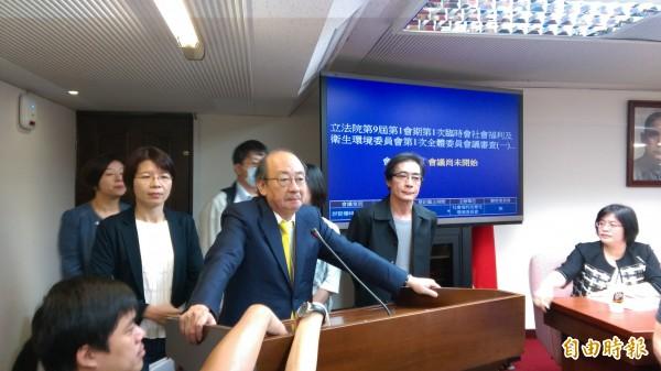 社福及衛環委員會主席台被佔,民進黨團總召柯建銘宣布會議不開了。(記者陳鈺馥攝)