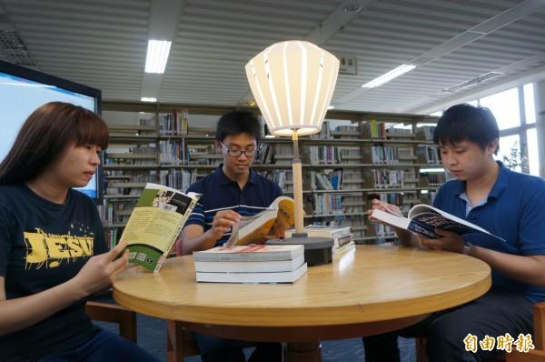 具資訊蒐集的調光功能檯燈,提供讀者選擇適合自己的座位。(記者林孟婷攝)