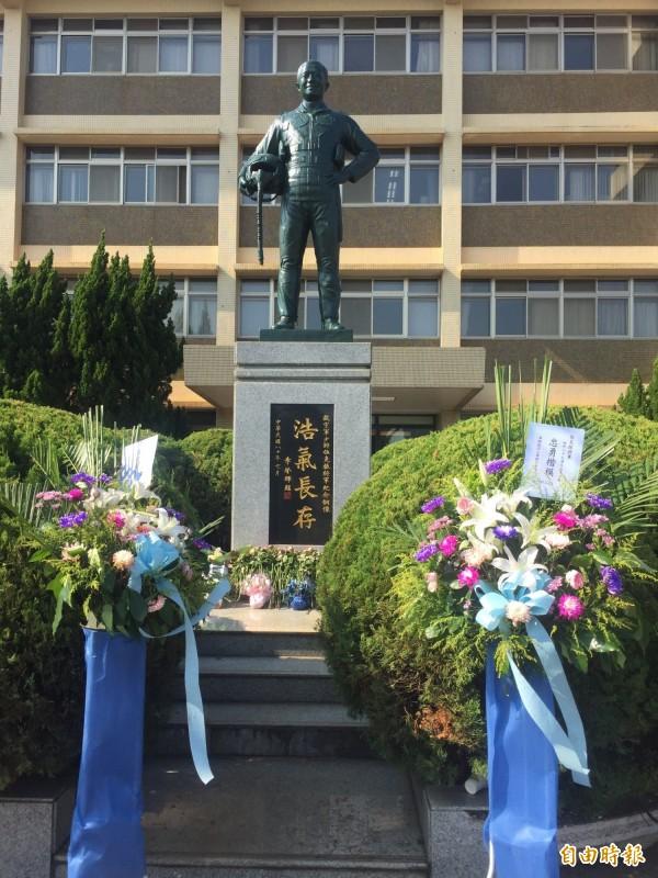 竪立在漢翔公司沙鹿廠區前的伍克振將軍銅像。(記者歐素美攝)