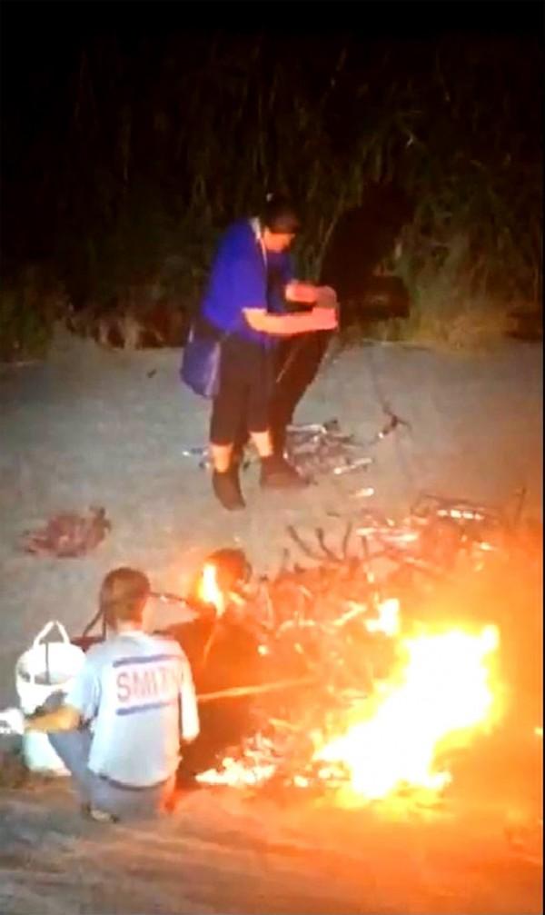 張姓夫婦在燒電纜線,被警方全都錄。(草屯警方提供)