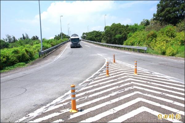 大型車輛行經竹南交流道時,常得急遽減速避免翻覆。(記者鄭鴻達攝)