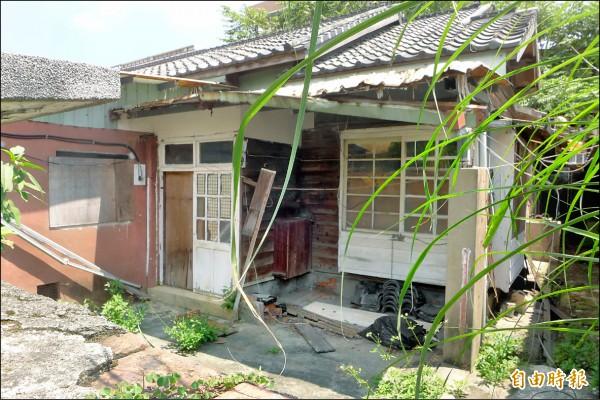 淡水區中正路廿一巷二號外牆斑駁,老舊屋況加上缺乏人的生氣、雜草叢生,讓外人誤以為是廢棄民宅。(記者李雅雯攝)
