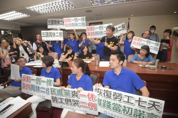 國民黨手舉抗議牌,似乎有哪裡怪怪的!(記者黃耀徵攝)