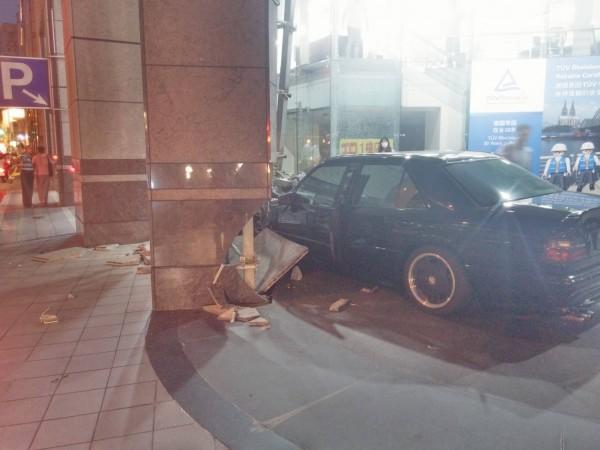 車子疑似因駕駛人酒駕,直接撞上路旁建物的石柱上。(圖擷取自PTT)