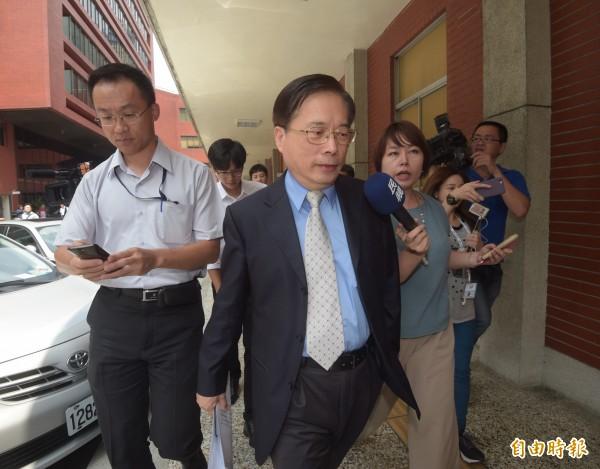 勞動部長郭芳煜與民進黨立委密室協商後,倉惶離開現場,面對媒體追問無回應。(記者黃耀徵攝)
