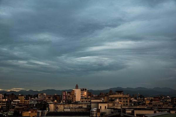 有民眾在本月19日在台北的天空中發現相當驚人的一幕,天空中的雲層竟然排列成漩渦的形狀。(民眾吳鳴提供)