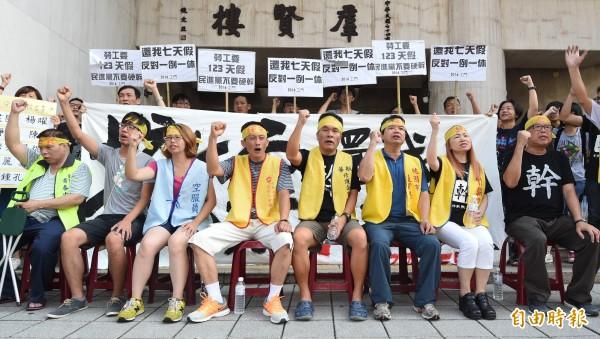 勞工團體在立法院外抗議「一例一休」。(記者廖振輝攝)