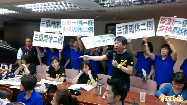 國民黨團和時代力量黨團在場內針對「一例一休」議題針鋒相對。(記者陳鈺馥攝)