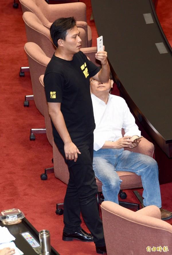 時代力量立委黃國昌指責國民黨,完全忘了「刪除七天假」是在馬政府任內發生的,並痛批國民黨打假球。(記者羅沛德攝)