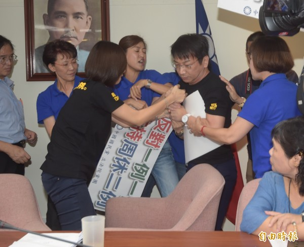 徐永明一度與國民黨立委發生肢體衝突。(記者黃耀徵攝)