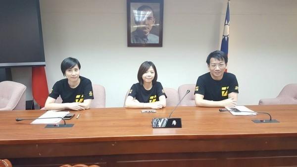 時代力量立委黃國昌今早在臉書貼出一張照片,照片中時代力量3名立委一大早就占好輪值召委的座位了。(圖截自黃國昌臉書)