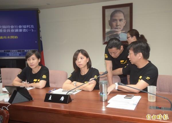 時代力量立委洪慈庸(左2)表示,政府與民間溝通還不足,立法院外又有勞工代表絕食,在這種情況下,不宜馬上做決定。(記者黃耀徵攝)