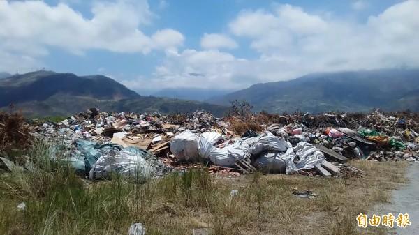 知本捷地爾垃圾堆積如山,散發陣陣惡臭,民眾怨聲載道,籲縣府速解決。(記者陳賢義攝)