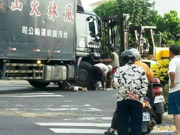 熱心民眾開堆高機幫忙搶救被連結車壓在輪下的黃姓少女。(圖取自綠豆嘉義人)