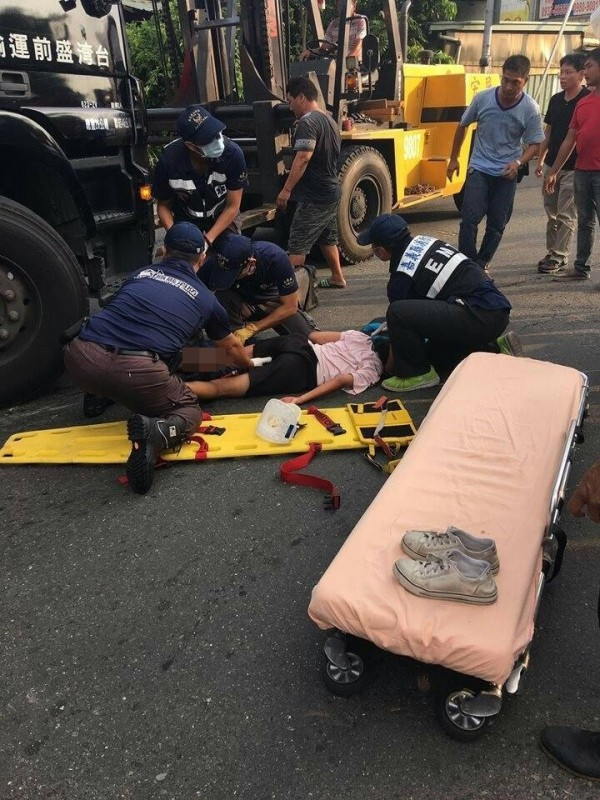 民眾與消防隊人員合力搶救黃姓少女。(圖:取自嘉義市大小事)