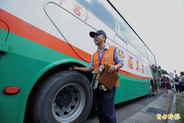 公路總局擬拍新版遊覽車安全影片,但是有旅遊業者統計,僅2成的業者會播放安全宣導影片。(資料照,記者王藝菘攝)