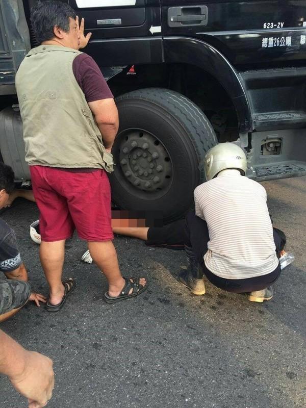 黃姓少女被連結車的右前輪壓住,熱心民眾幫忙搶救中。(圖取自臉書嘉義市大小事)