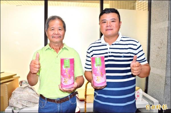 廖文金父子出示特等獎東方美人茶,一罐4兩就要6萬元。 (記者謝武雄攝)