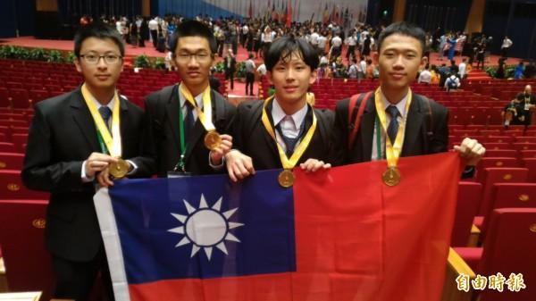 今年由越南主辦的第27屆國際生物奧林匹亞,台灣派出4名高中生小將劉奕辰、謝允能、林孟黌、黃靖惟(左至右),全數奪得金牌,成績優異。(記者吳柏軒攝)