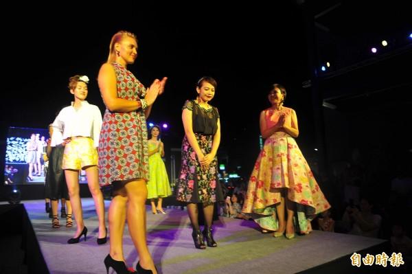 陳亭妃說,她的第一次走秀就獻給年輕的服裝設計師陳怡婷(中黑衣者),為她的自創品牌「織耕」一起加油!用行動鼓勵年輕人創業。(記者王捷攝)