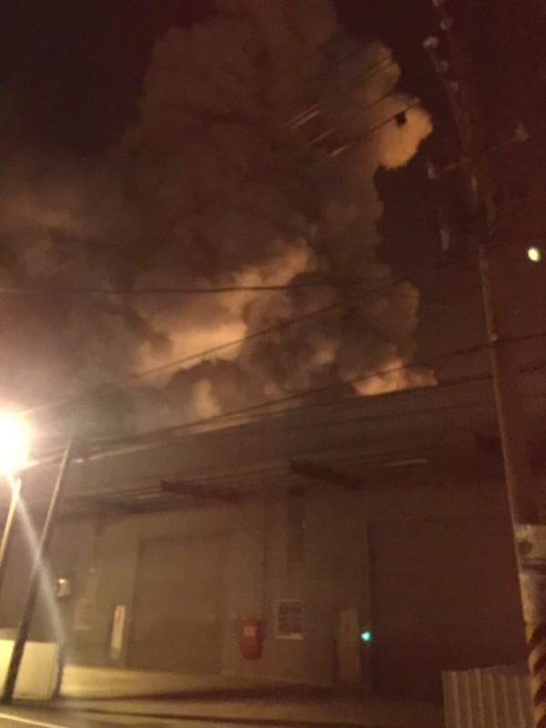 新屋化工廠爆炸起火,火勢猛烈、濃煙直竄天際。(記者李容萍翻攝)