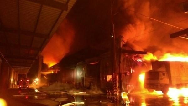 新屋化工廠爆炸起火,圖左的這輛小型消防車因靠近火場被燒半毀。(記者李容萍翻攝)