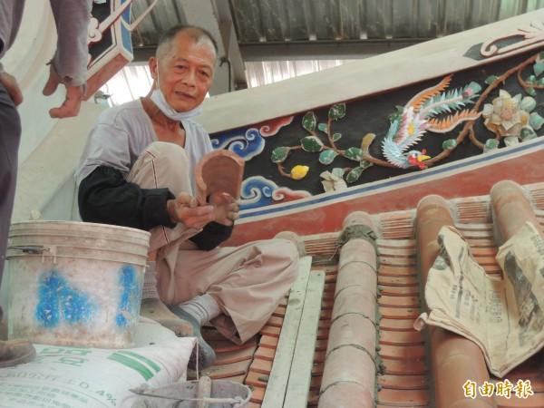 新竹縣現年77歲的土水修造師傅傅明光,獲文化部授證為文化資產保存技術保存者。(記者廖雪茹攝)
