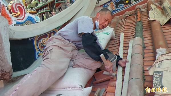 77歲的土水修造師傅傅明光,作工細緻、好學深思。(記者廖雪茹攝)