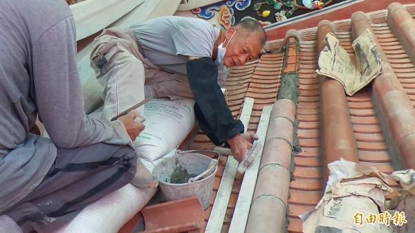 77歲的土水修造師傅傅明光,迄今仍堅持傳統工法,宛如一本客家建築的活教材。(記者廖雪茹攝)