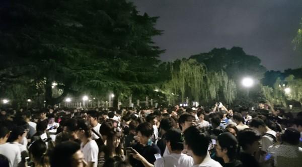名古屋昭和區的鶴舞公園23日聚集大批民眾前來「抓寶」。(圖片取自推特)