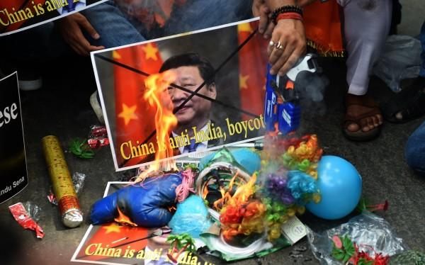 印度驅逐3名新華社記者。圖為中國拒絕支持印度加入核子供應國組織(NSG)後,印度出現反中情緒。(法新社,資料照)