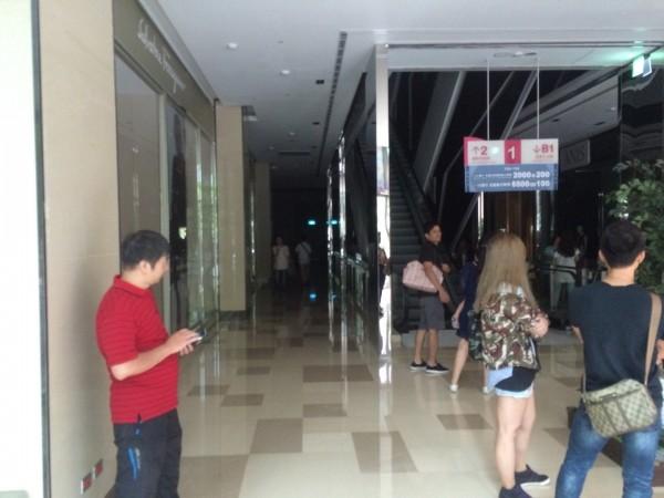 雖然停電了但很多民眾都沒有離開的打算,也許是因為難得能在一片漆黑中逛百貨公司,所以大家都留下來體驗。(圖擷自PTT)