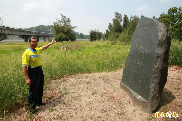 竹南塭內社區秘書葉建隆,指出民國32年的鯨魚事件,就發生在中港溪南岸。(記者鄭鴻達攝)
