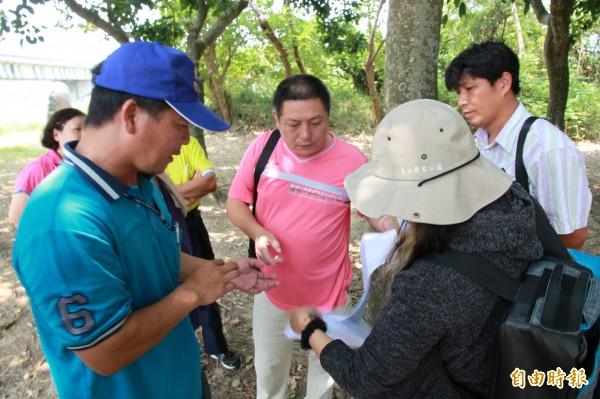 塭內社區協會的幹部們,與水保局台中分局人員現勘,了解工程概要。(記者鄭鴻達攝)