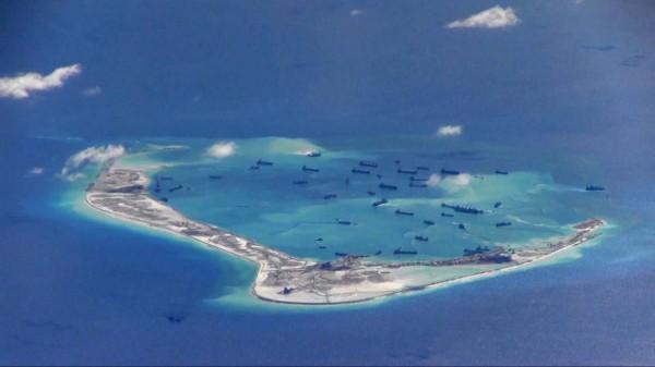 圖為南沙群島中一處珊瑚環礁「美濟礁」,由中國控制。(資料照,路透)