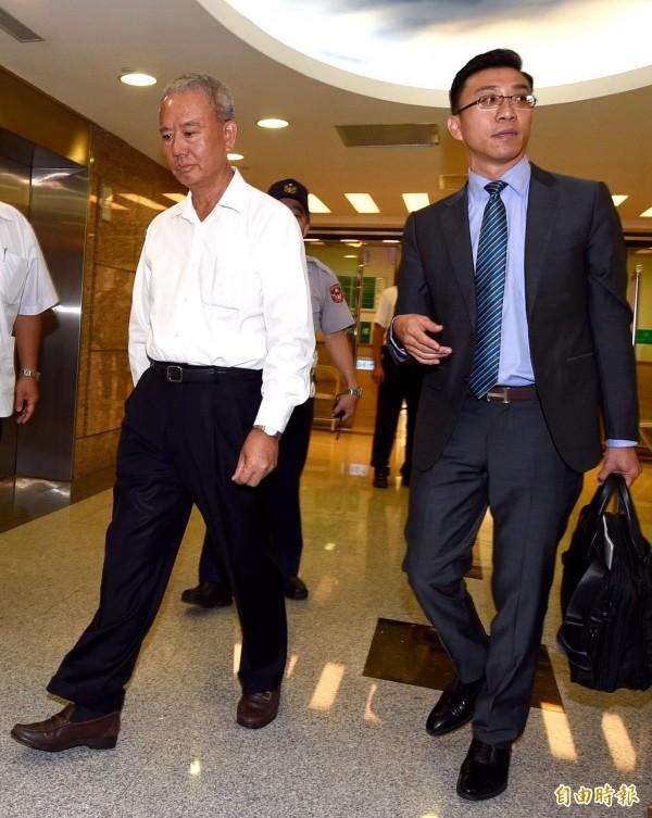 智慧財產法院25日開庭審理味全混油案,味全前董事長魏應充(左)在律師余明賢陪同下到庭應訊。(記者羅沛德攝)