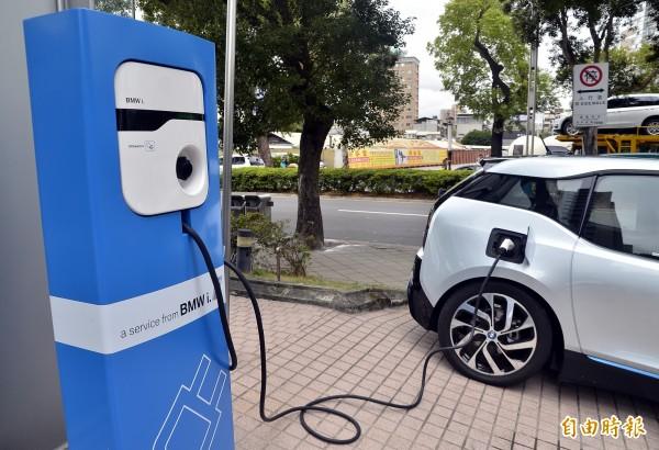 有電動車車主向媒體爆料,電動車車位常被汽油車佔去,而就算停到位子,充電座也不一定能用。示意圖與事件無關。(資料照)
