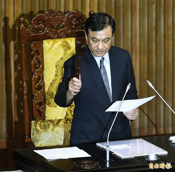 立法院長蘇嘉全落槌,宣告「政黨及其附隨組織不當取得財產處理條例」三讀通過。(記者陳志曲攝)