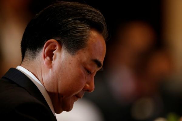 多數東協(ASEAN)國家欲表明反對中國否定南海裁決,卻遭到親中的柬埔寨從中作梗,讓採共識決的東協無法團結對南海仲裁案表態,北京當局公開感謝柬埔寨的支持,此東協聲明也成了中國外長王毅的外交利器。(路透)