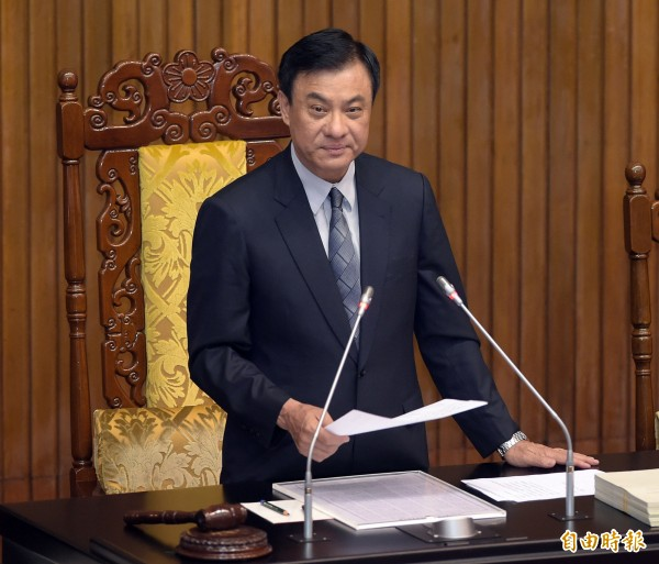 立法院長蘇嘉全晚間8時26分敲下議事槌,宣布《政黨及其附隨組織不當取得財產處理條例》三讀通過。(記者黃耀徵攝)