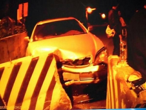 張姓男子開車行經公墓撞車,被警方查出藏有槍彈。(記者黃佳琳翻攝)